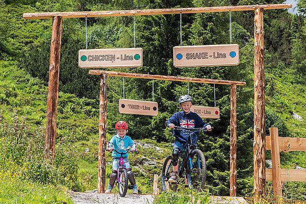 Kinder biken im Ennstal